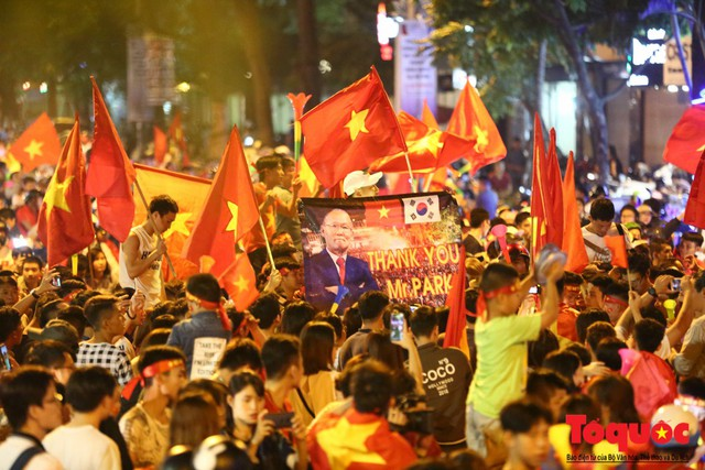 Người hâm mộ Việt Nam nhuộm đỏ các tuyến phố Hà Nội sau chiến thắng của tuyển Việt Nam tại AFF 2018 - Ảnh 4.