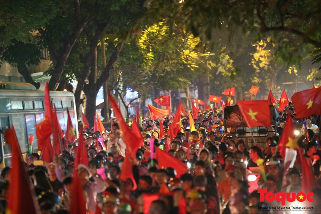 Người hâm mộ Việt Nam nhuộm đỏ các tuyến phố Hà Nội sau chiến thắng của tuyển Việt Nam tại AFF 2018 - Ảnh 5.