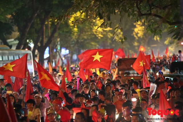 Người hâm mộ Việt Nam nhuộm đỏ các tuyến phố Hà Nội sau chiến thắng của tuyển Việt Nam tại AFF 2018 - Ảnh 6.