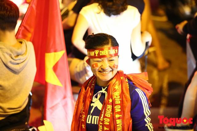 Người hâm mộ Việt Nam nhuộm đỏ các tuyến phố Hà Nội sau chiến thắng của tuyển Việt Nam tại AFF 2018 - Ảnh 7.