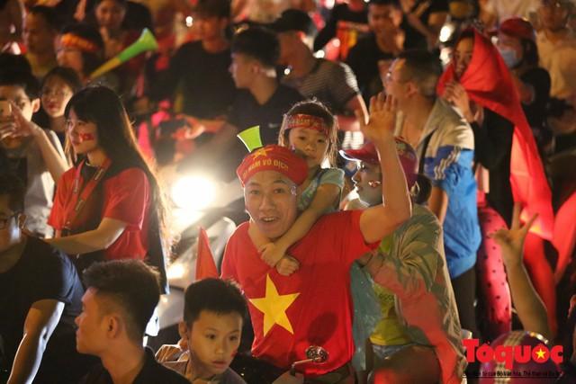 Người hâm mộ Việt Nam nhuộm đỏ các tuyến phố Hà Nội sau chiến thắng của tuyển Việt Nam tại AFF 2018 - Ảnh 8.