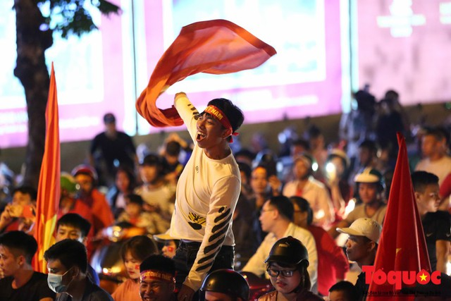 Người hâm mộ Việt Nam nhuộm đỏ các tuyến phố Hà Nội sau chiến thắng của tuyển Việt Nam tại AFF 2018 - Ảnh 9.