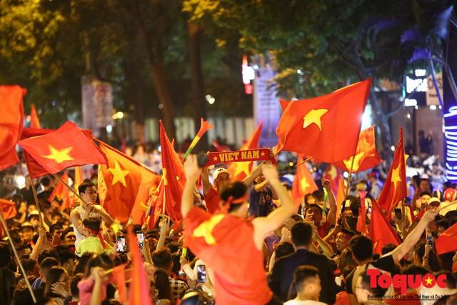 Người hâm mộ Việt Nam nhuộm đỏ các tuyến phố Hà Nội sau chiến thắng của tuyển Việt Nam tại AFF 2018 - Ảnh 10.