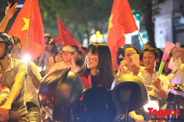 Người hâm mộ Việt Nam nhuộm đỏ các tuyến phố Hà Nội sau chiến thắng của tuyển Việt Nam tại AFF 2018 - Ảnh 11.