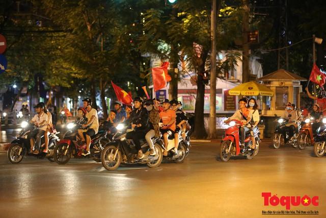 Người hâm mộ Việt Nam nhuộm đỏ các tuyến phố Hà Nội sau chiến thắng của tuyển Việt Nam tại AFF 2018 - Ảnh 12.