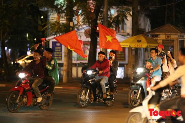 Người hâm mộ Việt Nam nhuộm đỏ các tuyến phố Hà Nội sau chiến thắng của tuyển Việt Nam tại AFF 2018 - Ảnh 13.