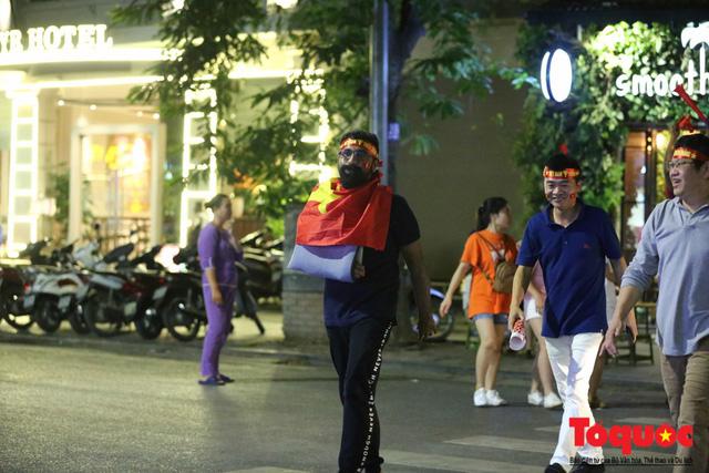 Người hâm mộ Việt Nam nhuộm đỏ các tuyến phố Hà Nội sau chiến thắng của tuyển Việt Nam tại AFF 2018 - Ảnh 14.