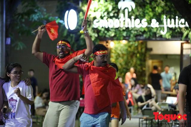 Người hâm mộ Việt Nam nhuộm đỏ các tuyến phố Hà Nội sau chiến thắng của tuyển Việt Nam tại AFF 2018 - Ảnh 15.