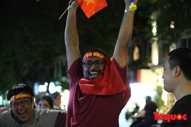 Người hâm mộ Việt Nam nhuộm đỏ các tuyến phố Hà Nội sau chiến thắng của tuyển Việt Nam tại AFF 2018 - Ảnh 16.