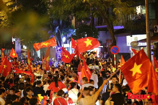 Người hâm mộ Việt Nam nhuộm đỏ các tuyến phố Hà Nội sau chiến thắng của tuyển Việt Nam tại AFF 2018 - Ảnh 18.