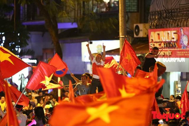 Người hâm mộ Việt Nam nhuộm đỏ các tuyến phố Hà Nội sau chiến thắng của tuyển Việt Nam tại AFF 2018 - Ảnh 19.