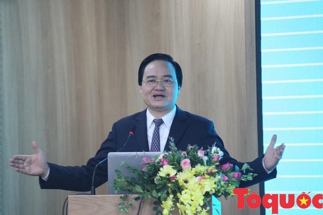 Bộ trưởng Bộ GD&ĐT Phùng Xuân Nhạ yêu cầu loại bỏ tình trạng điểm danh, ghi tên của giáo viên - Ảnh 1.