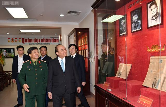Thủ tướng Nguyễn Xuân Phúc thăm báo Quân đội nhân dân - Ảnh 1.