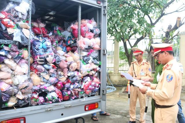 Cảnh sát phát hiện xe tải chở hơn 1.000 áo quần in toàn chữ Trung Quốc - Ảnh 1.