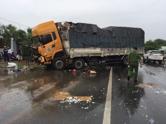 Container tông liên hoàn trên quốc lộ, 2 người tử vong - Ảnh 2.