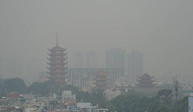 Sương mù dày đặc bao phủ cả ngày, Sài Gòn mờ ảo như Đà Lạt - Ảnh 1.
