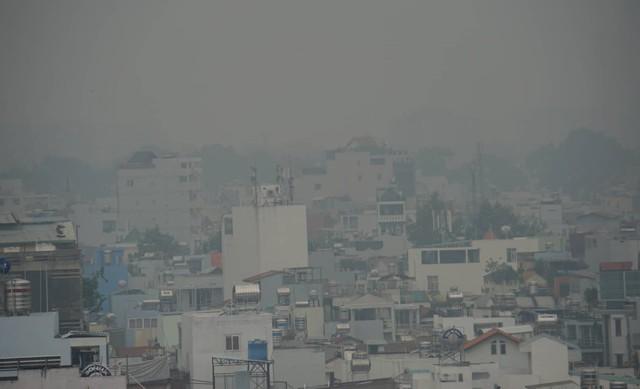 Sương mù dày đặc bao phủ cả ngày, Sài Gòn mờ ảo như Đà Lạt - Ảnh 2.