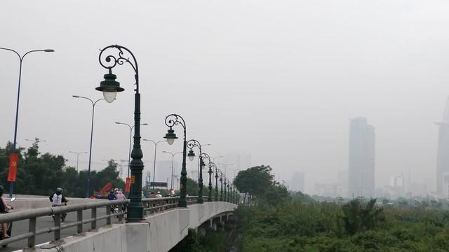 Sương mù dày đặc bao phủ cả ngày, Sài Gòn mờ ảo như Đà Lạt - Ảnh 3.