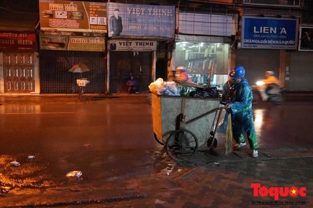 Hà Nội: Người dân lao động co ro chống chọi với mưa rét dưới 8 độ C - Ảnh 15.