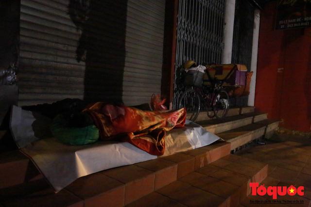 Hà Nội: Người dân lao động co ro chống chọi với mưa rét dưới 8 độ C - Ảnh 7.