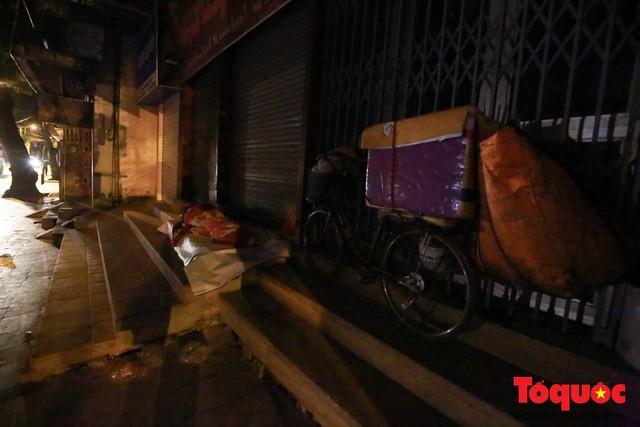 Hà Nội: Người dân lao động co ro chống chọi với mưa rét dưới 8 độ C - Ảnh 6.