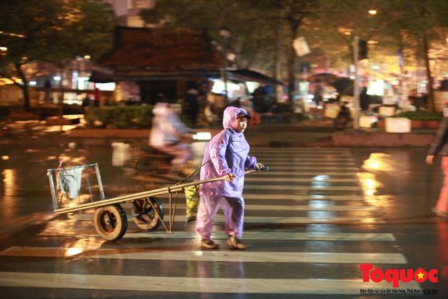 Hà Nội: Người dân lao động co ro chống chọi với mưa rét dưới 8 độ C - Ảnh 14.