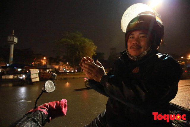 Hà Nội: Người dân lao động co ro chống chọi với mưa rét dưới 8 độ C - Ảnh 13.