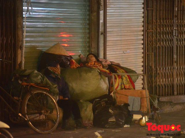 Hà Nội: Người dân lao động co ro chống chọi với mưa rét dưới 8 độ C - Ảnh 10.