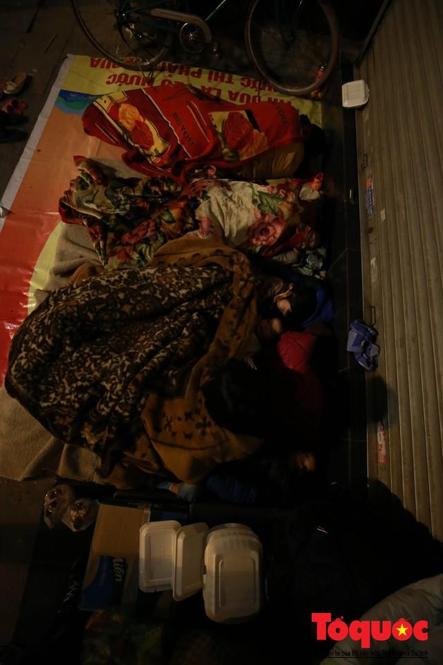 Hà Nội: Người dân lao động co ro chống chọi với mưa rét dưới 8 độ C - Ảnh 8.