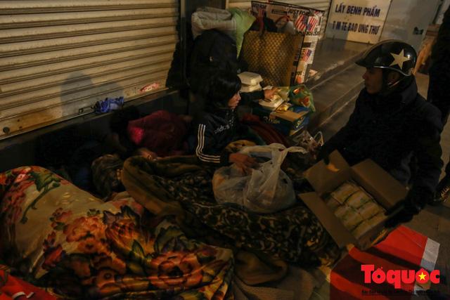 Hà Nội: Người dân lao động co ro chống chọi với mưa rét dưới 8 độ C - Ảnh 12.