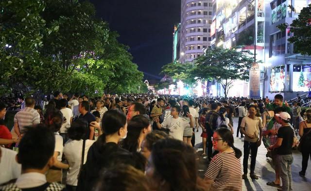 Người Sài Gòn đổ về phố đi bộ Nguyễn Huệ chào đón năm mới - Ảnh 7.