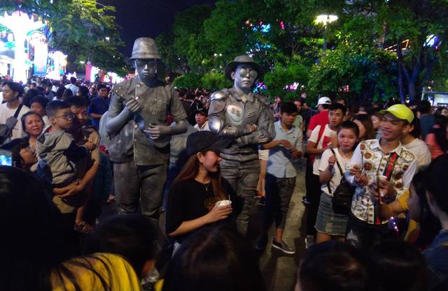 Người Sài Gòn đổ về phố đi bộ Nguyễn Huệ chào đón năm mới - Ảnh 6.