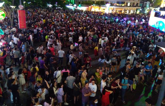 Người Sài Gòn đổ về phố đi bộ Nguyễn Huệ chào đón năm mới - Ảnh 1.