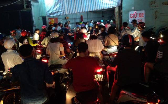 Người Sài Gòn đổ về phố đi bộ Nguyễn Huệ chào đón năm mới - Ảnh 3.