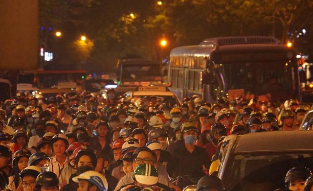 Người Sài Gòn đổ về phố đi bộ Nguyễn Huệ chào đón năm mới - Ảnh 2.