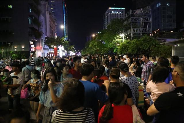 Người Sài Gòn đổ về phố đi bộ Nguyễn Huệ chào đón năm mới - Ảnh 5.