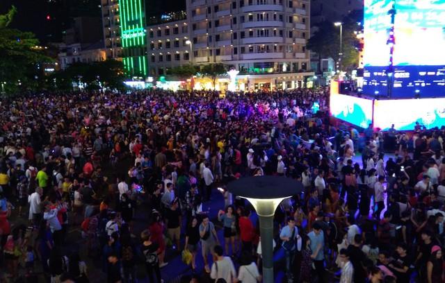 Người Sài Gòn đổ về phố đi bộ Nguyễn Huệ chào đón năm mới - Ảnh 4.