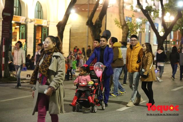 Hàng ngàn người đổ về phố đi bộ chờ xem Countdown 2019 - Ảnh 10.