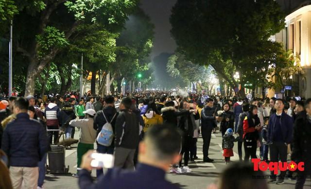 Hàng ngàn người đổ về phố đi bộ chờ xem Countdown 2019 - Ảnh 9.