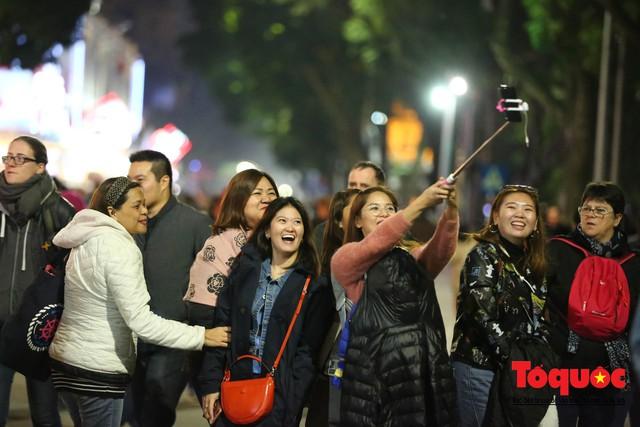 Hàng ngàn người đổ về phố đi bộ chờ xem Countdown 2019 - Ảnh 3.