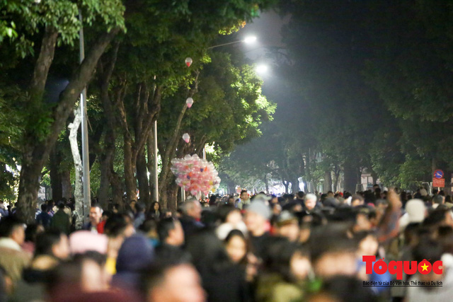 Hàng ngàn người đổ về phố đi bộ chờ xem Countdown 2019 - Ảnh 5.