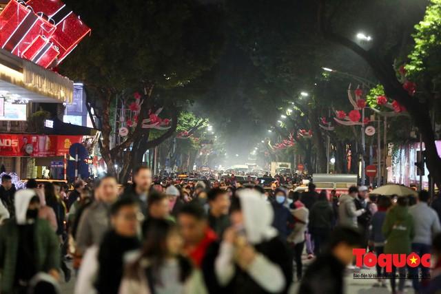 Hàng ngàn người đổ về phố đi bộ chờ xem Countdown 2019 - Ảnh 2.