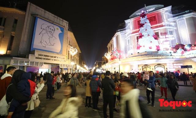 Hàng ngàn người đổ về phố đi bộ chờ xem Countdown 2019 - Ảnh 1.