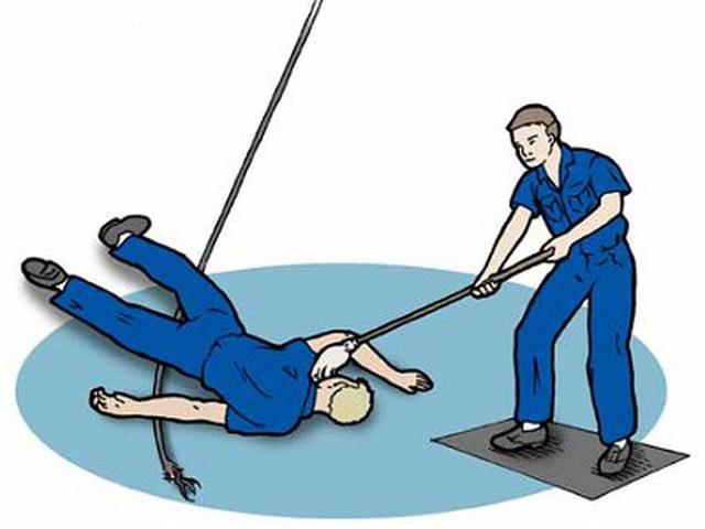 Các bước cơ bản bạn bắt buộc phải nhớ nếu muốn cứu người bị điện giật - Ảnh 1.
