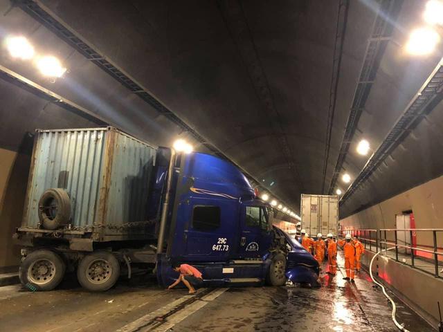 Tai nạn nghiêm trọng trong hầm Hải Vân, giao thông ách tắc nhiều giờ  - Ảnh 2.