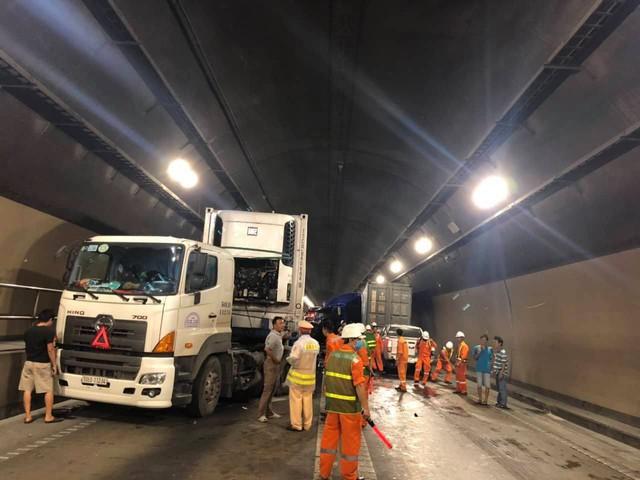 Tai nạn nghiêm trọng trong hầm Hải Vân, giao thông ách tắc nhiều giờ  - Ảnh 4.