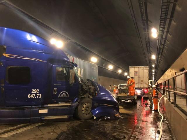 Tai nạn nghiêm trọng trong hầm Hải Vân, giao thông ách tắc nhiều giờ  - Ảnh 3.