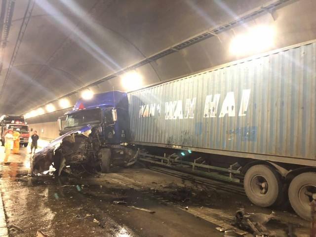 Tai nạn nghiêm trọng trong hầm Hải Vân, giao thông ách tắc nhiều giờ  - Ảnh 1.