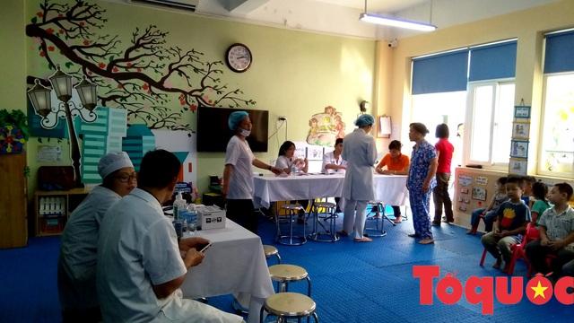 Hà Nội: Hơn 262 nghìn trẻ lứa tuổi từ 1-5 đã được tiêm vắc xin phòng bệnh sởi - rubella - Ảnh 1.