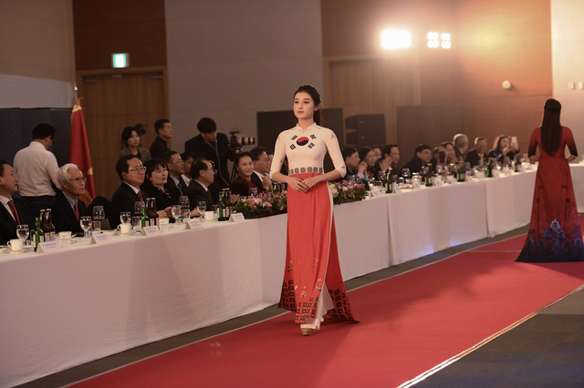 Trình diễn bộ sưu tập áo dài của Đỗ Trịnh Hoài Nam tại Hàn Quốc - Ảnh 5.
